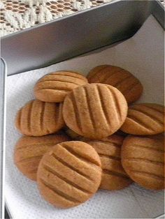 COFFEE BISCUITS Everybody loves coffee flavored cookies. This simple Coffee Biscuits is made with instant coffee. Coffee Biscuits, Coffee Cookies, Cinnamon Cookies, Biscuit Cookies, Biscuit Recipe, No Bake Cookies, Yummy Cookies, No Bake Cake, Cinnamon Rolls