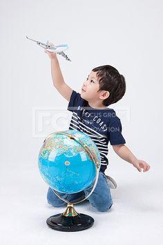 어린이 230 PHO407, 프리진, 사진, 어린이, 사람, PHO407d, 한국인, 동양인, 아시아, 어린아이, 남자, 남자어린이, 소년, 1인, 전신, 앞모습, 앉아있는, 무릎, 꿇고있는, 지구본, 비행기, 모형, 장난감, 여행, 놀이, 공부, 잡고있는, 들고있는, 날리는, pho407 #유토이미지