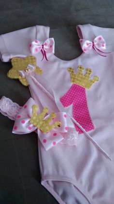 Body tipo bailarina customizado com aplique em tecido. <br>Consulte opções de cores, tamanhos e personagens. My Baby Girl, Baby Love, Toddler Outfits, Kids Outfits, Cute Jumpers, Newborn Onesies, Foto Baby, Baby Kit, Little Girl Dresses