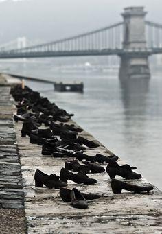 Budapest, Hungary -  from Les 25 statues les plus originales du monde, certaines sont complètement dingue!