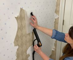 What is the best way to remove wallpaper? Without a doubt it is with a steamer. In this tutorial on how to remove wallpaper without damaging you walls, I walk you through the process of removing wallpaper for 2 separate projects. Diy Cleaning Products, Cleaning Hacks, Keurig Cleaning, Removing Old Wallpaper, Paper Daisy, Project Steps, Bathroom Wallpaper, Diy Home Decor Projects, Fashion Room