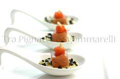 Ricciola affumicata marinata in aceto di ribes nero, con crema di broccolo romanesco e scalogno, terra di olive e filetti di pomodoro marinati | Tra Pignatte e Sgommarelli