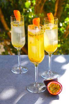 Vad sägs om den här cavadrinken? Passionsfrukt och clementiner. Ja, alltså vad ska jag säga. Supergott och dessutom enkelt! Höj cavan vid speciella tillfällen =) Mycket fräscht! Här kommer... Sangria Wine, Prosecco Cocktails, Cocktail Drinks, Alcoholic Drinks, Beverages, Refreshing Drinks, Summer Drinks, Smoothie Drinks, Smoothies