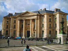 LA SORBONA, sede de la Universidad de París hasta 1969, fue fundada en 1257. En la Edad Media ya era un célebre centro de enseñanza. La 1º imprenta francesa funcionó aquí en 1469.  Fue cerrada y abierta en varias oportunidades. La última vez, fue abierta por Napoleón en 1806 y a partir de 1971 se dividió en 13 universidades distintas y hoy se imparten clases en el edificio original.