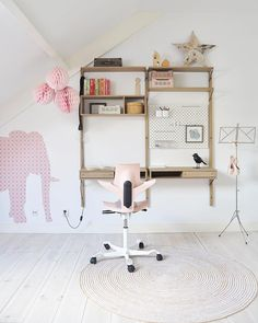 Bright and minimalistic, This kids bedroom desk setup was designed by @jan10aa founder of Dutch children's clothes retailer Minipop, specialists in Scandinavian brands. Designed for her young daughter, the light pink tones of the wallpaper align nicely with the colour she selected for HÅG Capisco Puls desk chair, a great design for study spaces for any age.#pinkchair #flokk #officechairdesign  #HÅG #MyCapisco #Capisco#kidsroom #kidsroominspo #kidsroomdecor Bedroom Desk, Kids Bedroom, Desk Setup, Desk Chair, Large Bookshelves, Adjustable Height Desk, Home Office Chairs, Workspace Design, Colorful Furniture