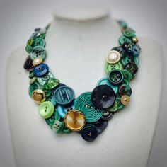 Necklace of vintage buttons in shades of green Weight GR 100 Internal diameter 15 cm Old Jewelry, Jewelry Crafts, Jewelry Art, Antique Jewelry, Vintage Jewelry, Handmade Jewelry, Jewelry Design, Fashion Jewelry, Jewelry Making