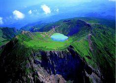 ILHA JEJU  Jeju é um ilha vulcânica. Seu panorama é uma mistura de cores e texturas que resultam num cenário surreal e único. Uma paisagem quase dramática que mescla florestas, cavernas de lava, praias deslumbrantes, montanhas alucinantes, cachoeiras de fazer cair o queixo muito mais.