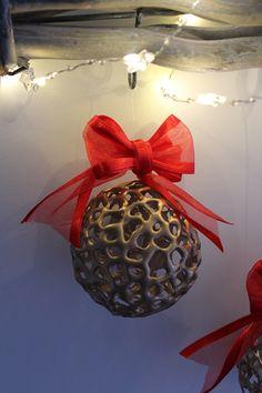 DIY-Basteltipp für Weihnachtsbaumkugeln aus Heißkleber von Ars Vera.