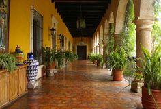 Edificadas entre los siglos XVI y XIX, las haciendas se perfilaron como núcleos de producción que definieron la economía de la Nueva España y de manera posterior, el México Independiente. En las ha…