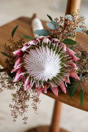 Are you thinking about having your wedding by the beach? Are you wondering the best beach wedding flowers to celebrate your union? Here are some of the best ideas for beach wedding flowers you should consider. Rose - You can't go wrong with a rose. Protea Wedding, Beach Wedding Flowers, Floral Wedding, Bride Flowers, Flor Protea, Protea Bouquet, Protea Flower, Pink Bouquet, Single Flower Bouquet