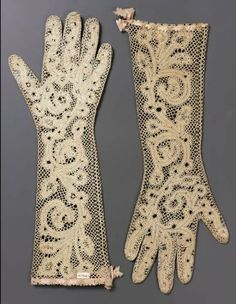 """Pair of Italian Bobbin Lace Gloves Century - Milan, Italy length"" 18th Century Clothing, 18th Century Fashion, Historical Costume, Historical Clothing, Vintage Outfits, Vintage Fashion, Gants Vintage, Vintage Accessoires, Moda Retro"