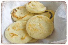 La Arepa és una comida típica de toda la Colômbia. Es hecha con harina de maíz y redonda, aplanada, que suele elaborar frito o al horno.