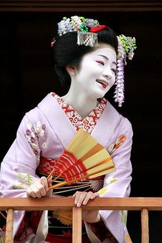 芸者 geisha Being too adorable! Japanese Geisha, Japanese Beauty, Japanese Art, Japanese Kimono, Asian Beauty, Geisha Japan, Geisha Art, Japanese History, Kyoto Japan
