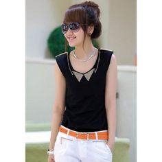 blusa negra combinada con pantalon blanco y cinturon de color block (en este caso naranja)