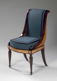 JACOB Frères Salon de Madame Récamier : guéridon, chaise longue, paire de bergères, paire de fauteuils, paire de chaises, tabouret Vers 1798 Paris Placage de citronnier et d'amarante H. : 0,74 m. ; D. : 0,75 m. French Furniture, Classic Furniture, Antique Furniture, Reupholster Furniture, Sofa Furniture, Furniture Design, Dining Room Chairs, Side Chairs, Sillas Chippendale