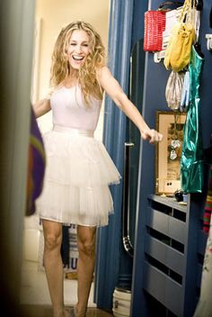 From that hair, to those outfits, Carrie Bradshaw is a beauty inspiration!  #celebrity #curls #carriebradshaw #sexandthecity