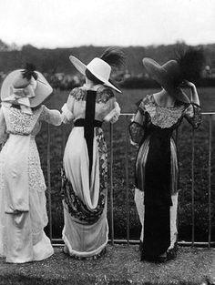High fashion as seen at the Séeberger Frères Auteuil races in Paris, Victorian Women, Edwardian Era, Edwardian Fashion, Belle Epoque, Vintage Photographs, Vintage Photos, Vintage Dresses, Vintage Outfits, Victorian Dresses