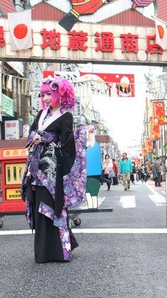 "tokyo-fashion: ""Traditional Japanese kimono meets Harajuku subculture style in Harajuku street snap model Ringo's Coming of Age Day look. Japanese Street Fashion, Tokyo Fashion, Harajuku Fashion, Lolita Fashion, Coming Of Age Day, Freaky Styley, Traditional Japanese Kimono, Street Snap, Kokeshi Dolls"