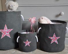 sac à jouet gris anthracite grand modèle 55 euros (40 x 40 cm environ), moyen modèle 50 euros (30 x 30 cm environ), et petit modèle 45 euros (20 x 20 cm environ), étoile liberty wiltshire rouge