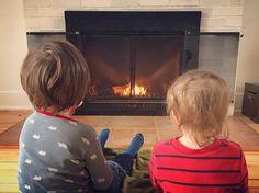 Le (seul) moment calme de la fin de semaine... #avoir2enfants #maison #feudefoyer #fireplace #homesweethome #kids #enfants #filters #famille