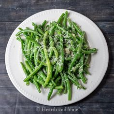 Sauteed Fresh Green Beans with Garlic and Asiago Cheese Spicy Roasted Cauliflower, Cauliflower Dishes, Veggie Side Dishes, Healthy Dishes, Fresh Green Bean Recipes, How To Cook Greens, Garlic Green Beans, Cooking Green Beans, Asiago Cheese