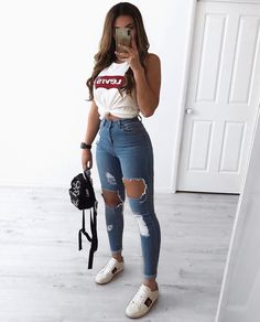 30 Jeans Tendance Qui Vont Vous Faire Craquer 30 Trendy Jeans That Will Make You Crack Outfit Jeans, Jeans Shoes, Cute Ripped Jeans Outfit, Ripped Jeans For Girls, Best Ripped Jeans, Mom Jeans, Jeans Outfit Summer, Comfy Outfit, Relaxed Outfit