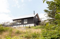 Chalet Paramount - la SHED architecture — Maxime Brouillet La Shed Architecture, Japanese Architecture, Architecture Details, Modern Family House, Modern Lake House, Tiny House, Corner Sheds, Steel Barns, Getaway Cabins