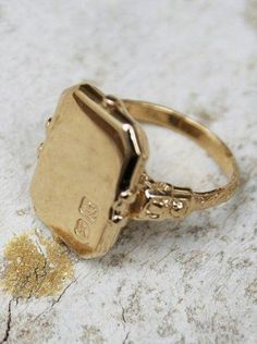 A simple signet ring. Hi Wholesale prices for Gold Signet Rins at… Jewelry Rings, Jewelery, Silver Jewelry, Jewelry Accessories, Vintage Jewelry, Fine Jewelry, Jewelry Design, Jewellery Stand, Jewellery Shops