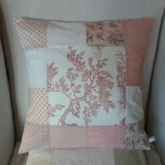 Housse de coussin shabby chic, toile de jouy et coton blanc et rouge, patchwork