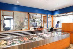 【イベントも楽しい「スタイリッシュ鮮魚店」サカナバッカ中目黒店】カフェやマルシェをイメージしデザインされた「サカナバッカ」の店内は、明るく入りやすい雰囲気。スタイリッシュな鮮魚店として注目される。丸魚が多く並ぶが、三枚下ろしなど無料でしてもらえるので不慣れでも大丈夫だ(撮影/加藤夏子)