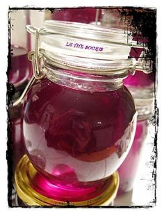 Et voila mon travail accompli hier soir Mon sirop de violette : La recette : Pour un bocal de fleurs (80 g) et eau (700 g) : (voie 1ère étape ici : Les violettes sont de retour Après avoir bien pressé les fleurs dans une passoire posée sur un faitout...