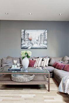 graue Wandfarbe und Taupe Ecksofa und Wandbild