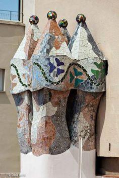 Galería de imágenes oficiales de la Casa Batlló. Descubre cada uno de los rincones de la Joya de Gaudí. Antonio Gaudi, Magnum Opus, Iron Work, Cathedrals, Arches, Architecture Art, Art Nouveau, Holiday Decor, Beautiful