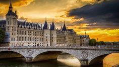 コンシェルジュリー(パリ)もとはフィリップ4世の宮殿。それが牢獄として14世紀後半から使われ始め、フランス革命の際には、多くの王族や貴族が収容されました。マリー・アントワネットが投獄されたことで有名です。