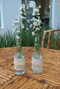 A empresa Mog Diy Bottle, Bottle Crafts, Decoration Table, Table Centerpieces, Flower Vases, Flower Arrangements, Flower Decorations, Wedding Decorations, Deco Table