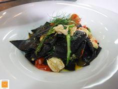 Maltagliati al nero di seppia, ragù leggermente affumicato di pesce, asparagi e pomodorini confit