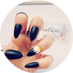 Matte black with accent daisy stiletto nails www.nailgals.com #stilettonails #glueonnails #pressonnails #falsenails #nailart #naildesigns #floralnails #mattenails #blacknails