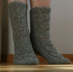 Pattern also in English (Pdf), translated by sopaipillas Knitting Charts, Loom Knitting, Baby Knitting Patterns, Knitting Socks, Lace Socks, Wool Socks, Little Cotton Rabbits, Designer Socks, Knitting For Kids