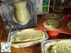 C'est reparti pour une fournée de savons, cette fois à l'argile verte, tant de bonnes choses que l'argile. pour les huiles: 400g d'huile d'olive vierge - première pression à froid- 100g huile de noix de coco - pain pour friture Leclerc pur noix de coco-...