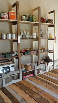 estanteria de madera antes usada para herramientas y hoy para cocina