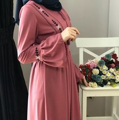 Image may contain: one or more people and people standing Hijab Fashion Summer, Modern Hijab Fashion, Arab Fashion, Muslim Fashion, Modest Fashion, Fashion Dresses, Hijab Elegante, Estilo Abaya, Abaya Mode