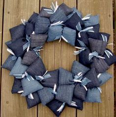 Are you looking for ideas to recycle old jeans? We have selected some of the best ideas we have found so you can be inspired and make your own crafts by recycling old jeans. Jean Crafts, Denim Crafts, Fabric Crafts, Sewing Crafts, Sewing Projects, Fabric Wreath, Burlap Wreath, Denim Ideas, Recycle Jeans