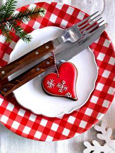 #Christmas table Red & white place setting ToniK Տ℮ʈ ìʈ Up  decoration ideas heart charm