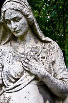 d�tail d'une vieille pierre tombale montrant une femme en deuil photo