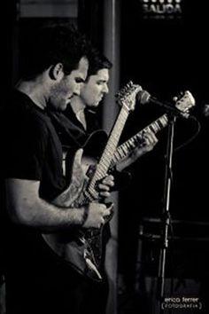 Los reconocidos guitarristas chaqueños Marcelo Dellamea y Gabriel Améndola estarán tocando en el Centro Cultural Alternativo, el sábado 1 de octubre, a las 21.30. Junto a Luis Piedrabuena; Pepo Bianucci y Diego Cubilla recorrerán sonidos de blues, jazz y funk.