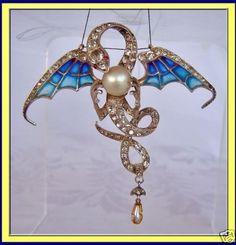 plique a jour dragon Bijoux Art Nouveau, Art Nouveau Jewelry, Jewelry Art, Jewelry Design, Enamel Jewelry, Antique Jewelry, Vintage Jewelry, Dragon Jewelry, Art Nouveau Design