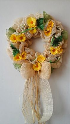 Návod na jednoduchou výrobu jutového věnce Burlap Wreath, Diy And Crafts, Floral Wreath, Wreaths, Fall, Advent, Home Decor, Halloween, Ideas