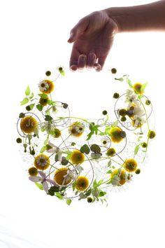 Grillig frame van ijzerdraad maken en wilde bloemen grillig weven..mooi! joseph massie (floral design)