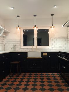 Ideas For Kitchen Black Backsplash Sinks Kitchen Sink Decor, Kitchen Wall Cabinets, Kitchen Flooring, Rustic Kitchen, Kitchen Interior, Kitchen Tile, Kitchen Ideas, Black Kitchens, Kitchen Black