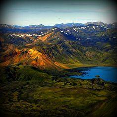 Lakagígar, Islande#À environ 40 km au nord de Kirkjubæjarklaustur, le Lakagígar, chapelet de cratères, long de 25 km, explosa et provoqua, en 1783, le plus grand déversement de lave de l'histoire du pays. Le site n'est accessible qu'en 4x4. Progressivement, on découvre une route de cendre jalonnée de 130 cratères et sillonnée par des cours d'eau.#http://urlz.fr/3hz2#guidetoiceland.is